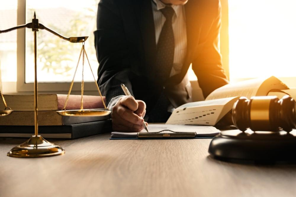 advogado e bacharel em direito